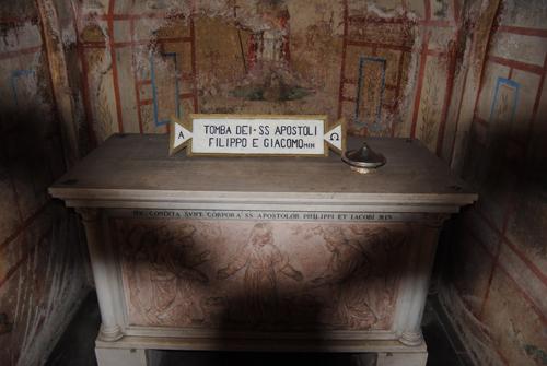 Tumba-de-los-santos-apostoles-Felipe-y-Santiago-en-Roma
