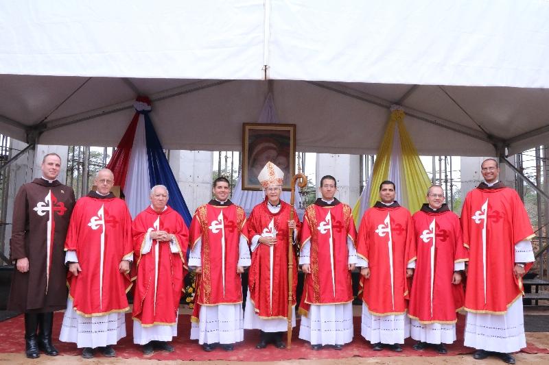El Obispo de San Lorenzo con los Heraldos en Yparacaí