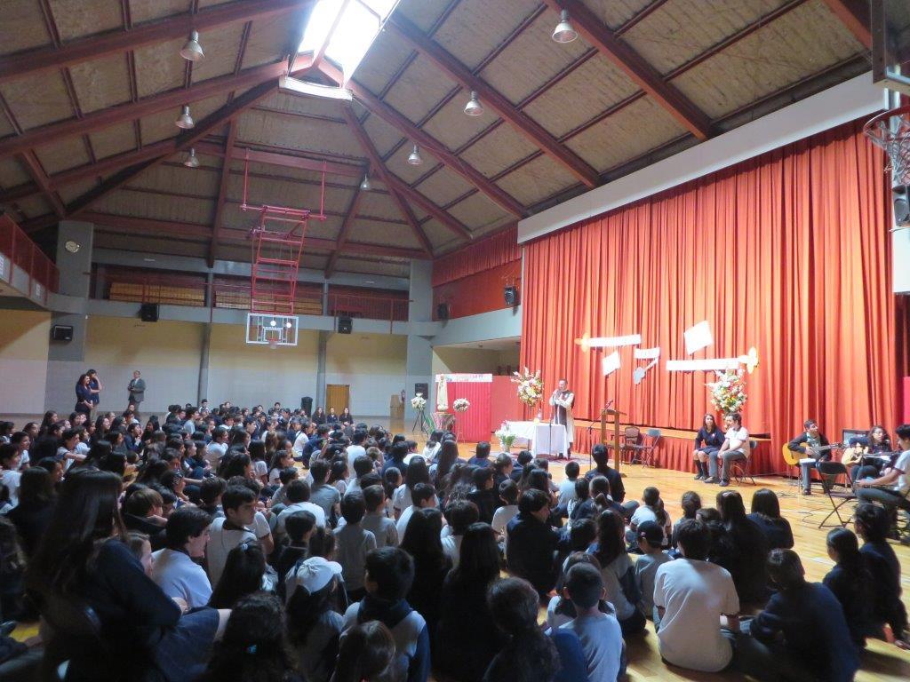 La imagen de Nuestra Señora de Fátima es coronada en Colegio Santísima Trinidad